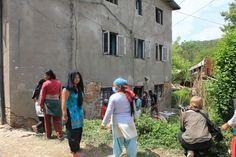 Mensen zoeken tussen het puin van de ingestorte huizen naar de bezittingen van hun families. Help Nepal: https://www.plannederland.nl/resultaten/noodhulp/aardbeving-in-nepal