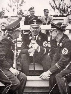 Heinrich Himmler habla distendido con un par de camaradas