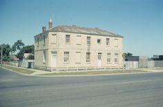 Black Swan Hotel aka White Swan / Black Lion / Dirty Duck / Swan Hotel: 169 Boundary Road, East Geelong