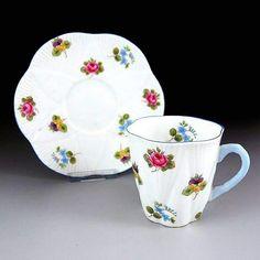 週末の朝は可愛らしさ満載のこんなカップでモーニングコーヒーはいかがっでしょうか?こちらも英国アンティークスのセールでお買い得になっていますよ 🌸      ↓ http://eikokuantiques.com/?pid=89444313   #英国アンティークス #シェリー #アンティークカップ