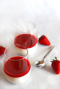 Vanilla Panna Cotta with Strawberry Sauce | Mogwai Souphttp://www.mogwaisoup.com/2012/05/vanilla-panna-cotta-with-strawberry.html#