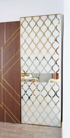 The original interior door by Stavros. The pattern on the glass surface is sandblasted and framed in brass.