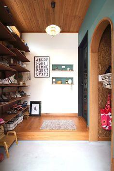 DIY好きなご夫婦の、クラフト感溢れる玄関ホール。OSBボードの壁、羽目板の天井、モルタル仕上げの玄関土間。グリーンのアクセントクロスはニッチと色を揃えて。靴の収納はオープン棚にして、鍵など小物も取り出しやすく。隣には土間収納も設け、バッグやベビーカーなど大型のものも収納できる。 Muji Home, Yellow Couch, Interior Architecture, Interior Design, Living Spaces, Living Room, Wood Wallpaper, Wood Ceilings, My House
