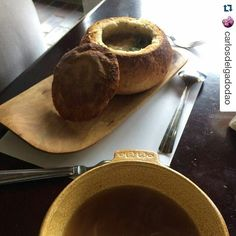 Lunes de #Repost @carlosdelgadodao #latergram  Una forma muy original de comer sopa de cebolla dentro de un pan