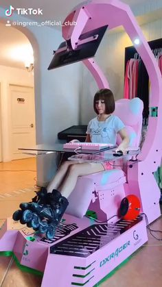 Pc Gaming Setup Discover Pink Veyron - Ingrem Workstation A Badass Roller Skating Girl changed her whole entire look from her hair to and more! Gaming Desk, Gaming Room Setup, Gamer Setup, Gaming Girls, Pc Setup, Lan Party, Kawaii Bedroom, Led Stripes, Video Game Rooms