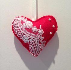 adorno para árbol de navidad corazón de fieltro, rojo decorado  fieltro relleno de guata,encaje  perlas e hilos cosido a mano