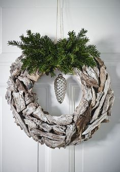 love the driftwood and greenery. Christmas Wreaths | Bobedre.dk