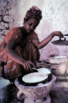 Somali women making Laxoox(anjera) or Canjeera: is a flat bread, a kind of pancake served in Somaliland, Somalia, Yemen and parts of Djibouti.