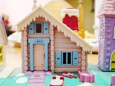 ...polly pocket toy. I didn't see this one when I was a kid. At least I don't remember it. It's so cute!