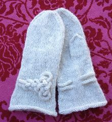 These are very simple plain mittens embellished with a Mors du Cheval knot.