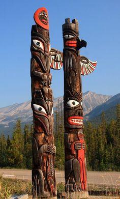 Alaska, totem poles near Sunwapta Falls Haida Kunst, Arte Haida, Native Indian, Native Art, Indian Boy, Totems, Tenda Camping, Totem Pole Art, Atelier D Art