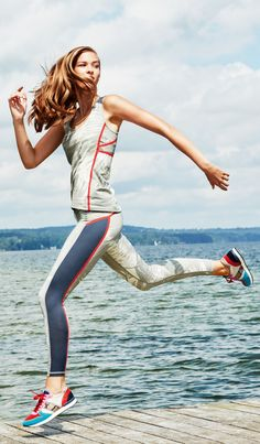 Jump right from your morning jog by the water to the supermarket to pick up the brunch necessities. In activewear leggings and tops as stylish as this, you transition seamlessly from activity to event.