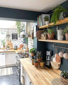 10 Amazing Kitchen Open Shelving Ideas - Decoholic 10 Amazing ideas for open shelves in the kitchen Diy Wood Shelves, Kitchen Shelves, Kitchen Decorating, Decorating Ideas, Casa Loft, Open Shelving, Shelving Ideas, Living Room Plants, Kitchen On A Budget