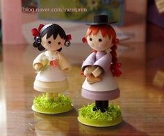 As far as I can tell (the site is Japanese), these sweet little figures are paper sculptures!