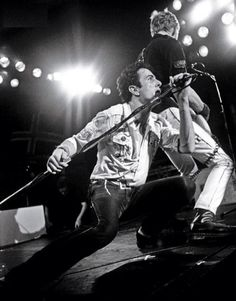 joe strummer and paul simonon of the clash on stage, photographers unknown Glam Rock, Rock N Roll Music, Rock And Roll, Hard Rock, Heavy Metal, Toast Of London, Dark Wave, The Future Is Unwritten, Paul Simonon