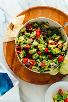 Chunky Avocado Salsa This avocado salsa is fresh, hearty and delicious! Serve it at your next party, throw it together for happy hour, or use it as filling for tacos! Healthy Snacks, Healthy Eating, Healthy Recipes, Clean Recipes, Appetizers For Party, Appetizer Recipes, Veg Appetizers, Party Snacks, Guacamole
