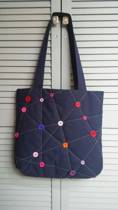 Button Bag Nähen - Button Bag Nähen Les images impressionnantes de Tout bricolage que l'on pr - Patchwork Bags, Quilted Bag, Bag Quilt, Diy Handbag, Handbag Patterns, Denim Bag, Canvas Crafts, Button Crafts, Handmade Bags