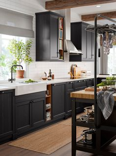 10 questions about designing a kitchen answered by an IKEA expert. Old Kitchen Tables, Kitchen Buffet, Kitchen Shelves, New Kitchen, Kitchen Decor, Kitchen Cabinets, Scandinavian Kitchen, Grey Kitchens, Kitchen Trends