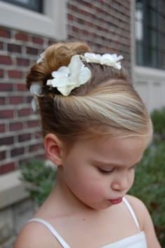 flowers in flower girls hair...and cute hairstyle!