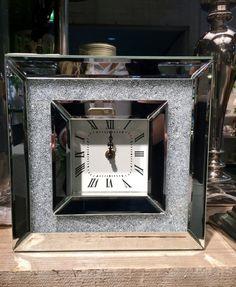 Elegant bordklokke med speil og små glitrende perler. Mål: 25,5x25,5cm Dybde 7,5cm