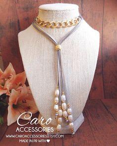 Collar largo color oro y plateado combinado en cadena y gamuza plateada. Perlas…