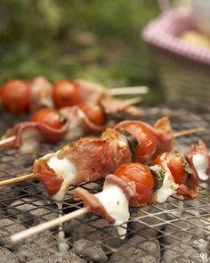 """Grillparty: Tomaten-Saltimbocca-Spieße Fingerfood vom Grill: einfach Mini-Mozzarellas, Kirschtomaten, Serrano-Schinken und Salbei abwechselnd aufspießen, grillen - und direkt vom Spieß knabbern. <a href=""""/kochen/rezepte/rezept/tomaten-saltimbocca-spiesse-"""">Zum Rezept: Tomaten-Saltimbocca-Spieße</a>"""