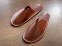 Leather slippers -- These look like a fun side project. Simple design and I do like my slippers in the winter. Leather Art, Leather Design, Leather Tooling, Leather Wallet, Make Your Own Shoes, How To Make Shoes, Leather Slippers, Leather Sandals, Shoe Pattern