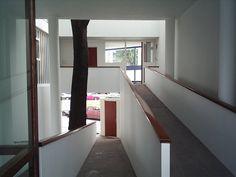 rampas desde el ingreso a la vivienda. Mirando puerta calle abajo y consultorios arriba. Casa Curuchet - Arq. Le Corbusier - La Plata - Provincia de Buenos Aires - Argentina