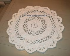 """Vaikka virkatut matot on osittain jo """"so last season"""", omalla työlistallani on jälleen muutama matto. Teki mieli löytää ihan uusi ohje, jott... Floor Rugs, Fun Projects, Doilies, Free Crochet, Crochet Rugs, Free Pattern, Diy And Crafts, Decorative Plates, Crochet Patterns"""