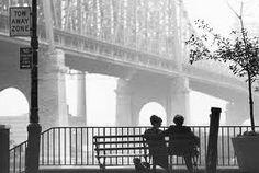 Manhattan. Woody Allen hace una especie de reverencia y a la vez sátira hacia la vida urbana neoyorquina, sobre todo de las exclusivas clases ilustradas. Una interesante película que invita a descubrir la atmósfera de una de las metrópolis más renombradas del mundo. (Fuente: http://www.plataformaarquitectura.cl/2010/11/10/cine-y-arquitectura-manhattan)