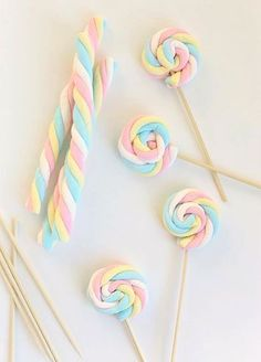 april holidays Easy Easter Marshmallow Pops - Say Yes Easy Easter Marshmallow Pops Unicorn Themed Birthday Party, Birthday Party Decorations, 1st Birthday Parties, 2nd Birthday, Birthday Party Treats, Chocolate Covered Marshmallows, Marshmallow Pops, Chocolate Dipped, Chocolate Truffles