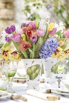 Nos lindos vasos da coleção Heras, de Tania Bulhões, a Milplantas acomodou arranjos coloridos com tulipas, hyancinthus e orquídeas phalaenopsis.