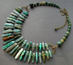 collar.  dos filas.  ágata verde.  piedras naturales.  collar de ágata.  Ágata.  Las piedras preciosas.  detalles en bronce.  cadena de bronce