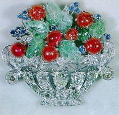 Spilla jardinière in platino e pietre preziose della Regina Elisabetta del Regno Unito (Cartier,1941)