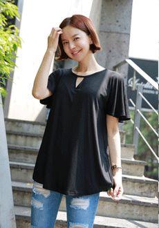 Today's Hot Pick :时尚性感三角切口宽松百搭T恤 http://fashionstylep.com/SFSELFAA0012356/min3111cn/out 时尚简约新风尚,用最为百搭的风格,给您带来最为经典的时尚感受——解除多余的服装元素,避免繁复的花色,辅料,工艺带来的不适感~运用独到的设计细节,在立体感极佳的圆领下融入三角形切口设计,让简约变得不简单,诠释了你的个性与品位,完美的释放出了你的妩媚柔情~你值得拥有! -T恤- -三角切口- -纯色简约- -宽松-