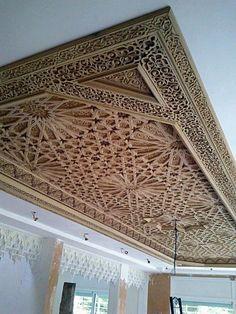 Wooden Ceiling Design, Wooden Ceilings, False Ceiling Design, Ceiling Decor, Arabic Decor, Islamic Decor, Front Gate Design, Door Design, Classic House Exterior