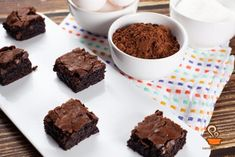Brownie super fácil - confira o passo a passo em vídeo Cocoa, Banana Com Chocolate, Mini Brownies, Learn To Cook, Muffins, Treats, Cookies, Desserts, 1