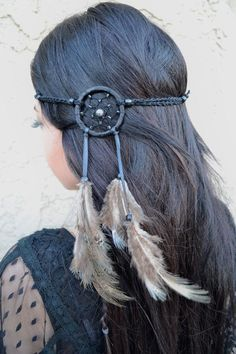 Stunning Black Dreamcatcher Feather Headband With Natural Feathers And Black Beads. The Dreamcatcher Net Features A Beautiful Design With Small Shiny Beads And A Silver Pearl Bead In The Middle. Black Dream Catcher, Feather Dream Catcher, Dream Catchers, Feather Hair Clips, Feather Headband, Boho Gypsy, Bohemian Headband, Haircuts For Fine Hair, Accesorios Casual