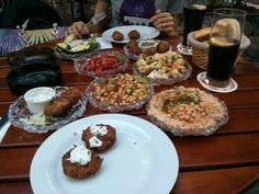 Israelisches Restaurant und Bar im Graefekiez, gutes Essen und Augustiner vom Fass, handwerklich gute Cocktails.