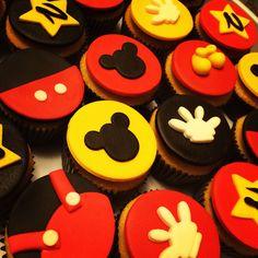 Cupcakes de mickey mouse... Hechos con buttercream y masa fondant de marshmellows... Una delicia :)