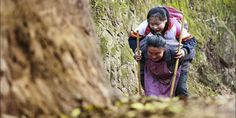 Demi sekolah, nenek 66 tahun gendong cucu sejauh 4 km | Beritasejagat.com