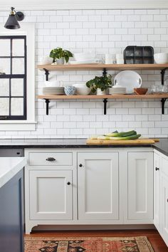 The kitchen is one of the rooms in your home that is vulnerable to clutter. You definitely need to end this continuous mess in addition to highlighting the kitchen area. Get inspiration from our open kitchen shelves to change your kitchen area currently. Classic Kitchen, New Kitchen, Kitchen Dining, Kitchen Decor, Timeless Kitchen, Country Kitchen, Modern Farmhouse Kitchens, Black Kitchens, Home Kitchens