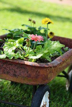 19 Best Vintage Garden Decor Ideas and Designs - vintagetopia Wagon Planter, Vintage Garden Decor, Old Wagons, My Secret Garden, Dream Garden, Yard Art, Garden Inspiration, Container Gardening, Garden Tools