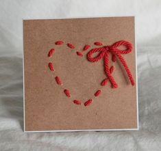 Handgemachte Grußkarte ist aus weißem Cardstock und die Vorderseite der Karte ist verziert mit Kraftpapier und ein Handgenähtes, Garne von