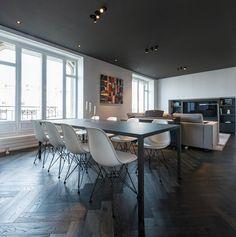 HABITATION / aménagement appartement / noir et blanc / salle à manger salon / plafond noir / parquet chevron noir / Architecture Intérieure MAYELLE / Photographie Pierre