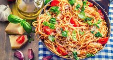 If you're looking for a pasta sauce with authentic Italian flavor, you have to go with fresh tomatoes. Add some quality olive oil and some freshly grated parmesan and you have a splendid sauce. Tomato Pasta Sauce, Basil Sauce, Greek Dishes, Penne, Gnocchi, Sauce Recipes, Veggies, Vegetarian, Healthy Recipes