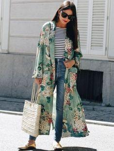 outfis con kimonos verde estampado floral jeans mom jeans rayas bolso lentes de sol gafas negras flats