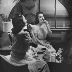 Round, unframed '30s-era mirrors continued to add glamour to '40s-era dressing tables. George Marks/Retrofile/Getty Images
