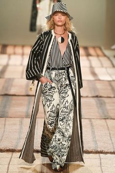 The complete Etro Spring 2017 Ready-to-Wear fashion show now on Vogue Runway. Fashion 2017, Look Fashion, Daily Fashion, Runway Fashion, Spring Fashion, High Fashion, Fashion Show, Autumn Fashion, Womens Fashion