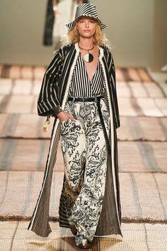 Guarda la sfilata di moda Etro a Milano e scopri la collezione di abiti e  accessori 15106df4cf0
